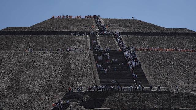 """Intuíam que existia, só faltava que o encontrassem. Em maio do ano passado, a chefe dos arqueólogos de Teotihuacán, Verónica Ortega, explicou: """"Estamos vendo que debaixo dos grandes monumentos do sítio arqueológico existem edificações anteriores. Vimos isso sob as pirâmides do Sol e da Serpente Emplumada, por que não sob a Pirâmide da Lua?"""". Ortega estava certa. Nesta manhã, o Instituto Nacional de Antropologia, INAH, anunciou a descoberta de um túnel sob o icônico edifício, uma """"emulação do inframundo"""""""