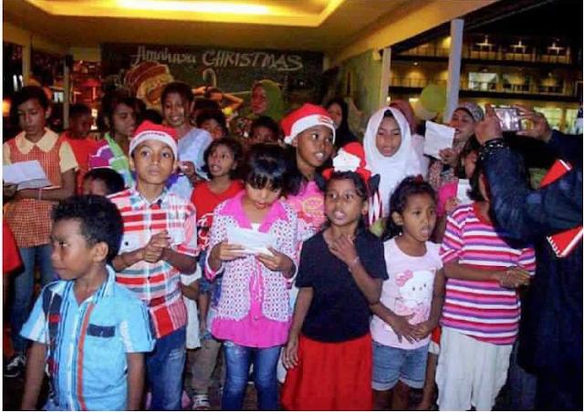 Komunitas Ini Ajak Anak-Anak Muslim Nyanyi dalam Acara Natal Bersama
