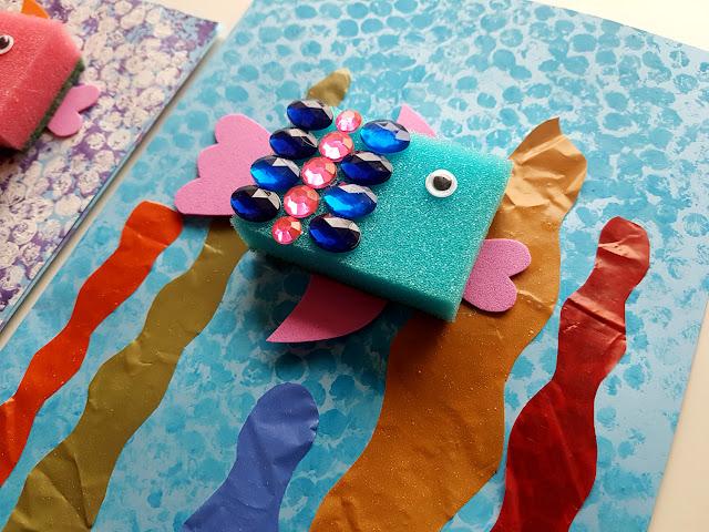 prace plastyczne morze - wakacje - rybki z gąbek - ocean - podwodny świat - wodorosty - diy - do it yourself - kids crafts - summer crafts - kreatywnie z dzieckiem - blog rodzicielski - blog parentingowy - folia bąbelkowa - plastyka dla przedszkolaka - Moje Bambino - St. Majewski