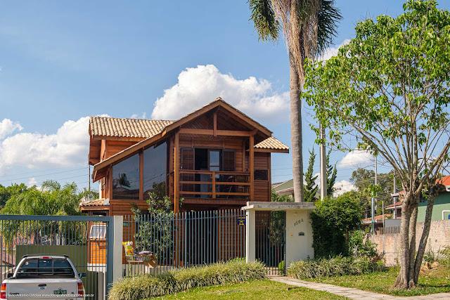 Uma casa contemporânea construída em madeira