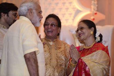 Narendra-modi-with-babul-supriyo-parents