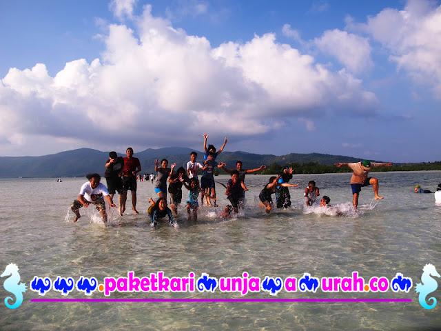 foto wisatawan di pantai karimunjawa paket 3h2m