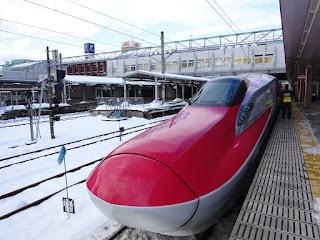 秋田駅の雪と新幹線こまち