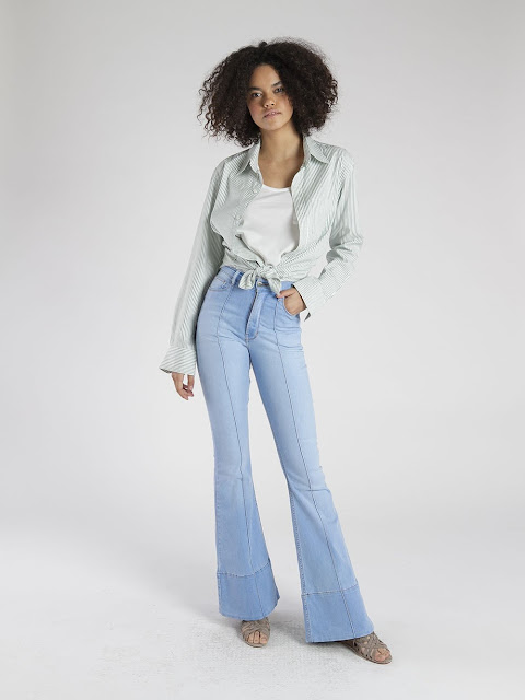 Ideias de look simples com calça jeans boca de sino