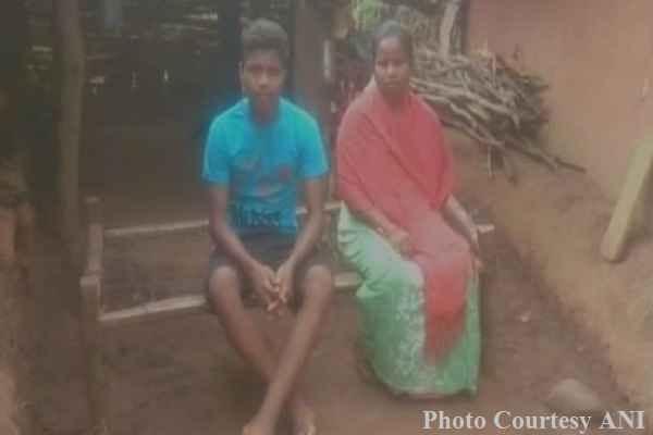 वाह, आदिवासी माँ ने अपने बेटे को लकड़ियाँ बेचकर पढ़ाया, बेटे ने कर ली IIT प्रवेश परीक्षा पास