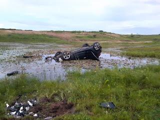 Motorista perde o controle do carro, que capota na BR-230 e cai dentro de açude