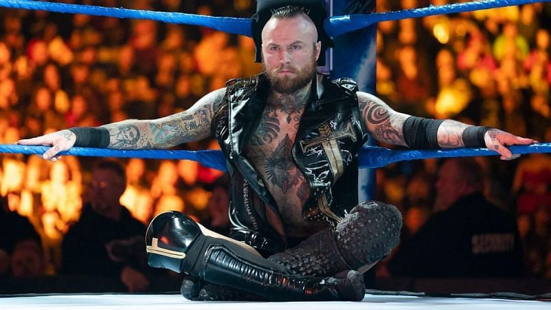 Aleister Black possibly injures his eye on WWE RAW tonight