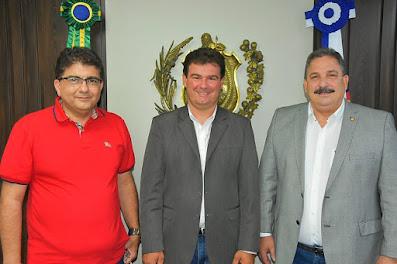 Eriberto Medeiros recebe  em seu gabinete o prefeito eleito de Sairé Gildo Dias