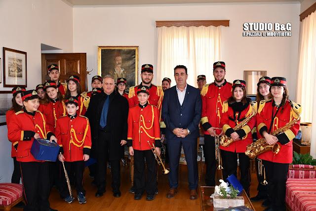 Η φιλαρμονική και στρατιώτες είπαν τα κάλαντα στον Δήμαρχο Ναυπλιέων (βίντεο)
