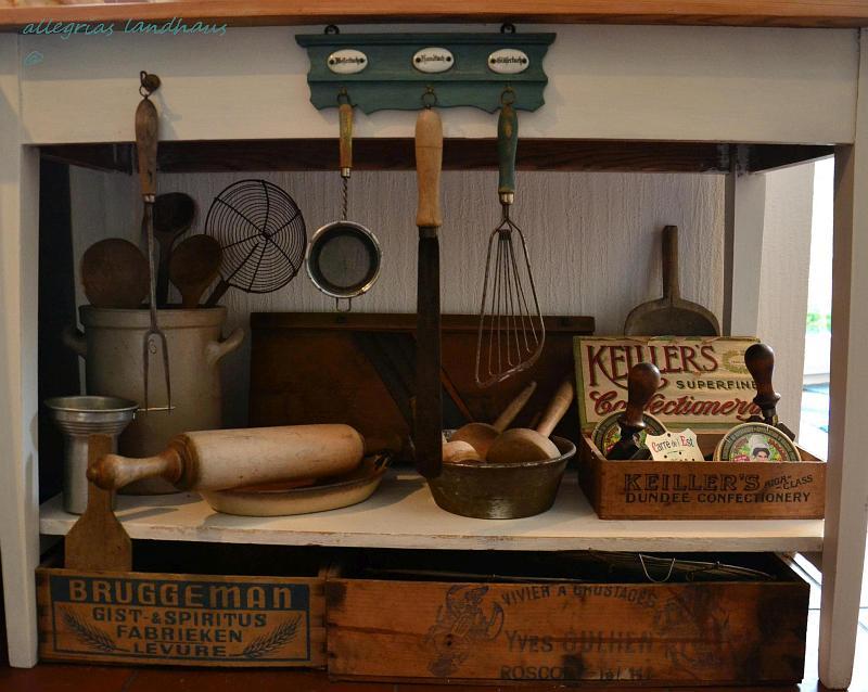 dc77c2a48c2519 So versammeln sich allerlei nützlich dekorative alte Haushaltsutensilien im  unteren Bereich unseres Küchenbeistelltisches. Der selber natürlich auch  aus ...