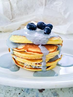 Pancakes con crema blu di mirtilli