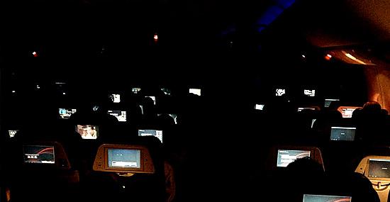 Interior de avião escuro