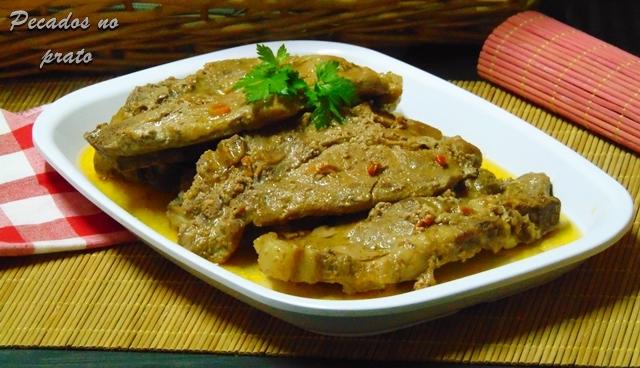 Costeletas de porco fritas com molho guloso