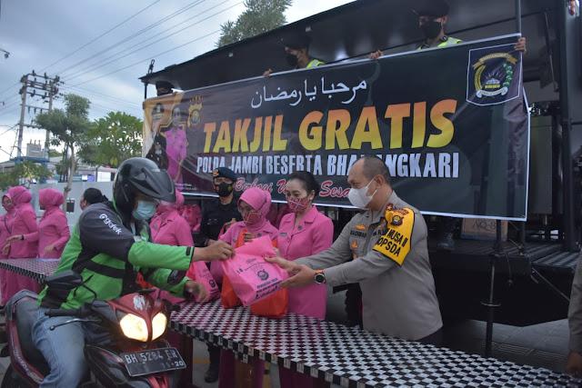 Pengurus Bhayangkari Daerah Jambi Bagikan takjil kepada para pengendara