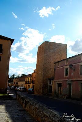 Torreón, aunque ahora es cuadrada y de sillería, está construida sobre otra igual a la del Cubo, pero se restauró en la Edad Media de esta forma cambiando por completo su aspecto.