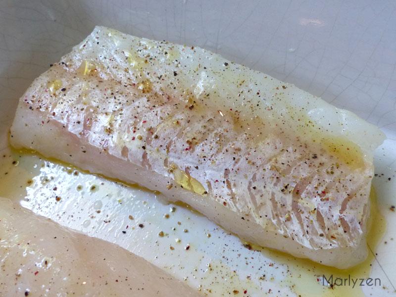 Salez et poivrez les pavés de cabillaud avant d'enfourner.