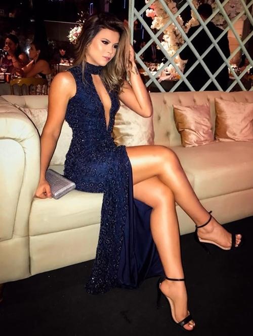vestido longo azul marinho bordado com fenda