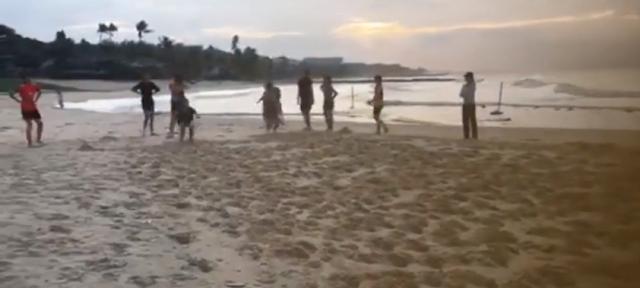 """Các cô gái năng khiếu Bình Điền Long An """"quậy"""" nát bãi biển Phan Thiết"""