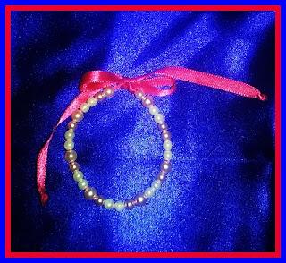 ENCOMENDA - MOCHILINHA PARA MENINAS Esta vai para uma pequena aniversariante, com uma pulseira de pérolas de cortesia.