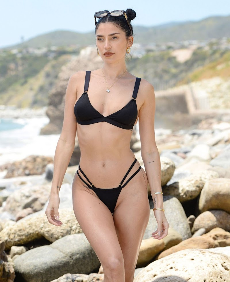 Nicole Williams in Bikini 25 MAy -2020
