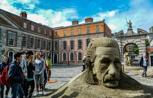 Einstein esculpido em areia no pátio do Castelo de Dublin, Irlanda
