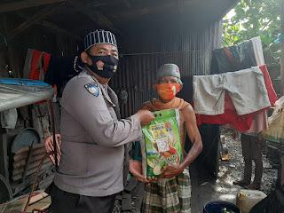 Polisi Santri, Satbinmas Polres Pelabuhan Makassar Bagikan Sembako pada Warga