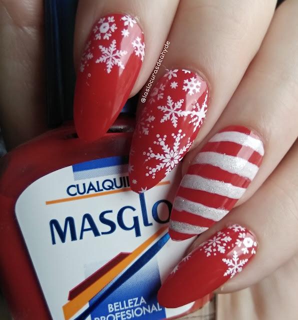 nail art navideño en colores rojo y blanco, diseño de baston de caramelo y copos de nieve