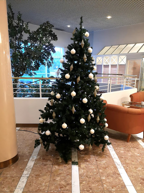 Valmis koristelemamme piempi valkokoristeinen joulukuusi