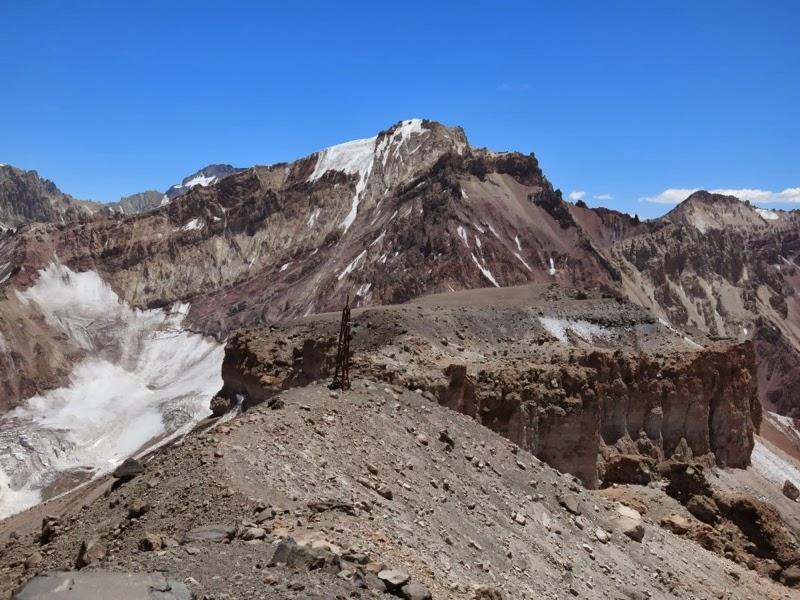 Hito mit Cerro Orientación im Hintergrund