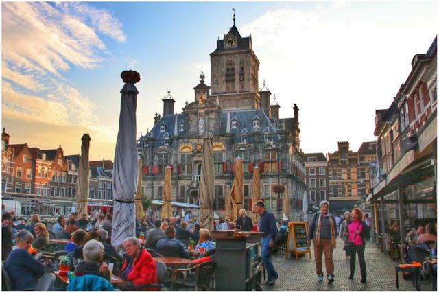 Terrazas en la Plaza Markt de Delft frente al Ayuntamiento