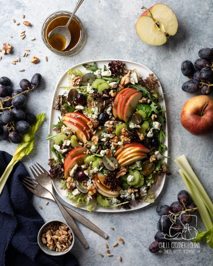 Jesienna sałatka z jabłkiem, winogronami, serem pleśniowym i sosem musztardowym