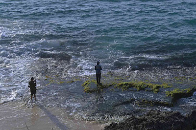 Memancing di pinggir Pantai Tegal Wangi