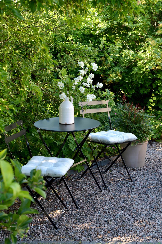 musta-pieni-poytaryhma-puutarhassa