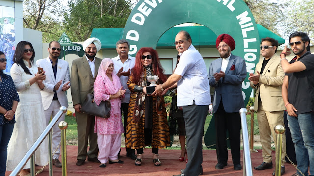 Ms Shahnaz Husain presenting the trophy
