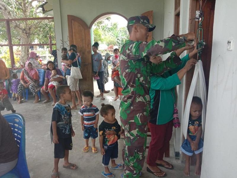 Satgas Raider 300 Berikan Pelayanan Posyandu Kepada Anak Papua.