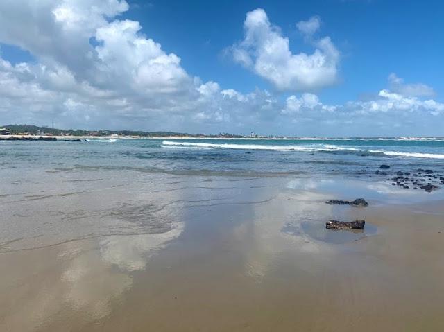 praia de ondas e pedras