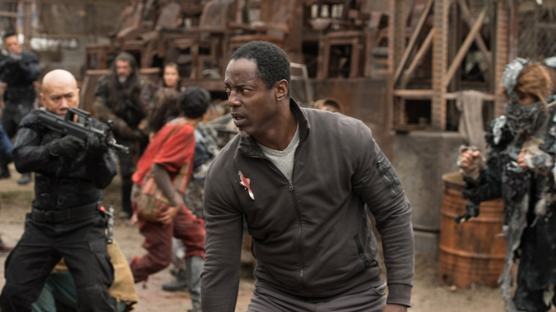 Jaha, interpretado por Isaiah Washington, siendo amenazado en la cuarta temporada de 'The 100'