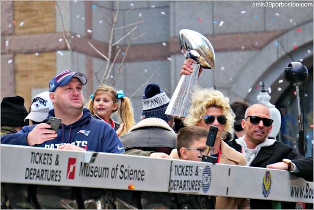 Hija de Brady en el Desfile de los Patriots por la Celebración de la Super Bowl LIII
