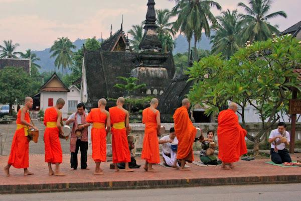 Ceremonia de entrega de limosnas - Luang Prabang