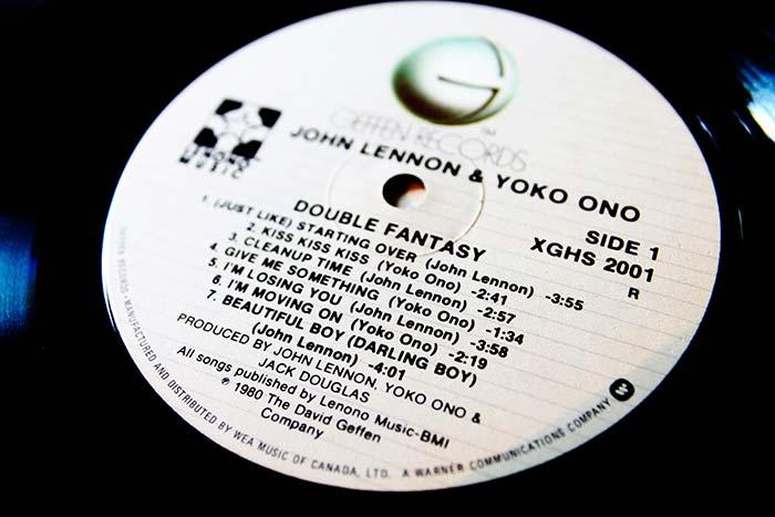 """Edición canadiense en vinilo """"Double Fantasy"""" de John Lennon original de 1980, propiedad de Julián Franco, exibido en 4Works Studio."""