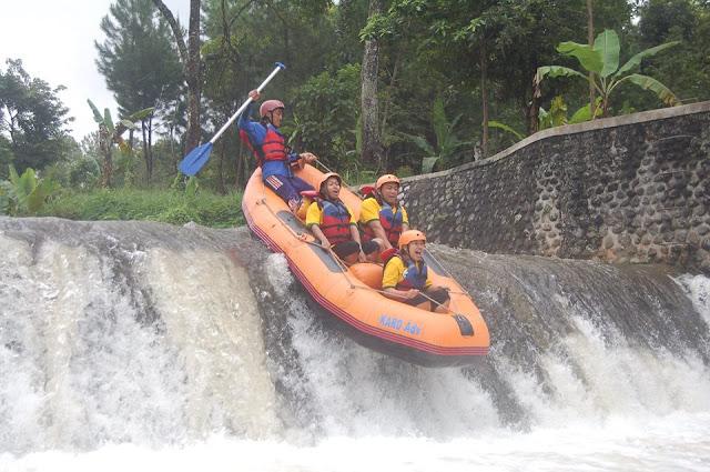 Rafting di sungai Badeng, Songgon, Banyuwangi.