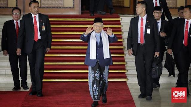 Keren! Kiai Ma'ruf Amin Pakai Sarung di Sidang Kabinet Perdana