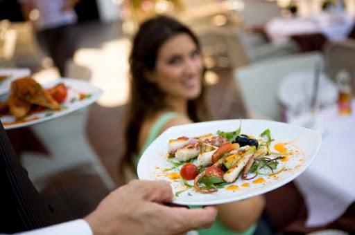 Μεζεδοπωλείο στο Ναύπλιο ζητάει σερβοτόρο ή σερβιτόρα