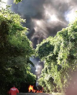 Caminhão tomba e é consumido pelo fogo na BR-487. Motorista morreu carbonizado...