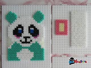 piastra con panda, fondo e un lato porta cellulare