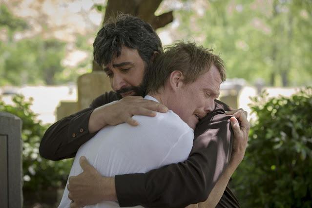 Frank sendo consolado pelo namorado Walid