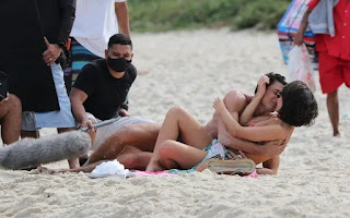 Cauã Reymond e Andréia Horta em clima quente  em gravação na praia
