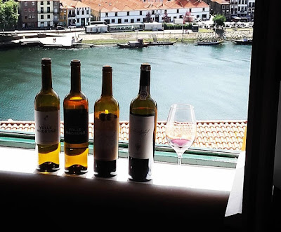 garrafas de vinho na janela