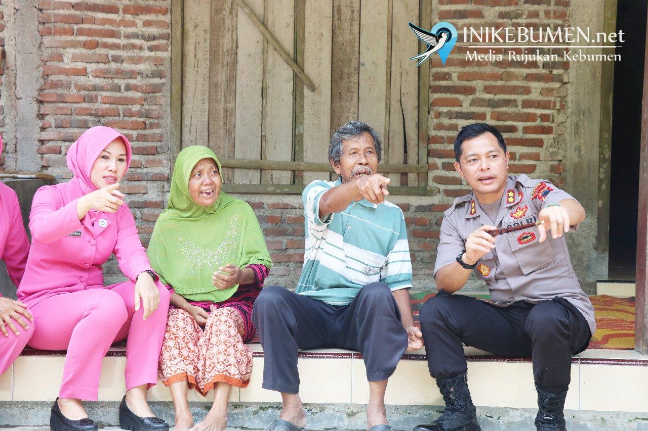 Kapolres Kebumen Serahkan Bantuan ke Warga Terdampak Bencana Pohon Tumbang