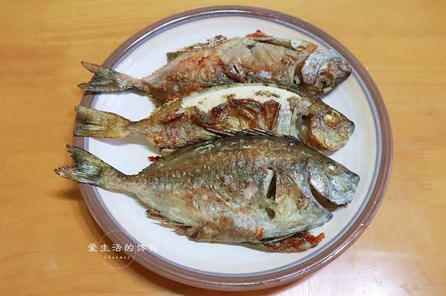 Cá chiên/rán nhỏ lửa thêm nhiều dầu ăn cá sẽ giòn cả xương.